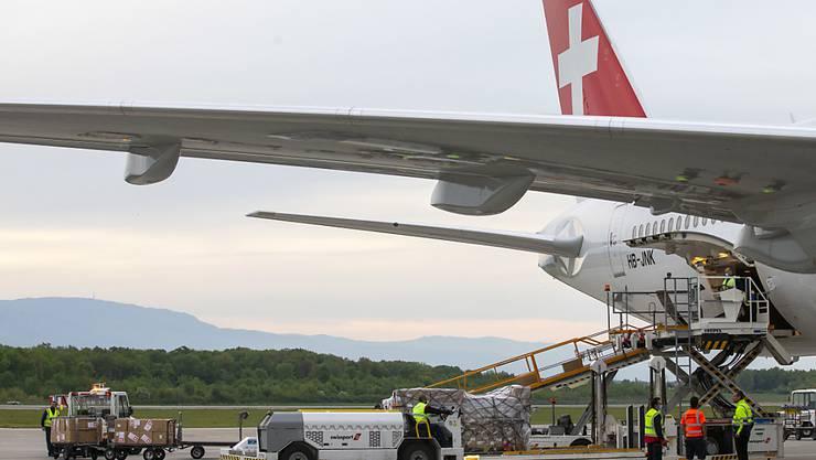 Die Fluggesellschaft Swiss setzt in Zeiten von Corona verstärkt auf Frachtflüge. Geplant ist der Umbau von drei Passagiermaschinen des Typs Boeing 777 für den Transport von Medikamenten und medizinischem Material.(Archivbild)