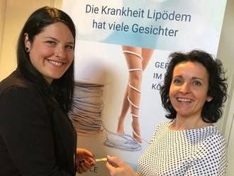 Arlena Frey (l.) und Heidi Schmid bei der Übergabe des Präsidiums.