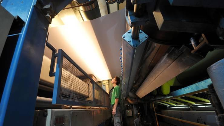 Auch im Jubiläumsjahr läuft bei Ziegler die Papier-Maschine rund um die Uhr und die Woche.  Niz
