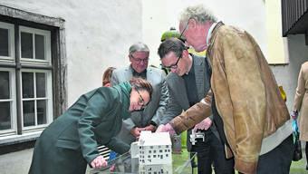 Michelle Müntefering liess sich von Joe Schnetzler, Roland Lenzin und Hannes Burger (v.l.) das Sanierungsprojekt im Museum Schiff vorstellen.