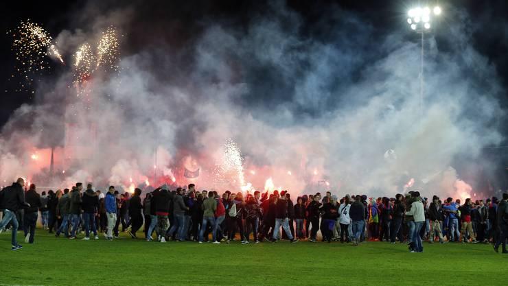 Chaos auf dem Platz: FCB-Fans zünden Feuerwerk.