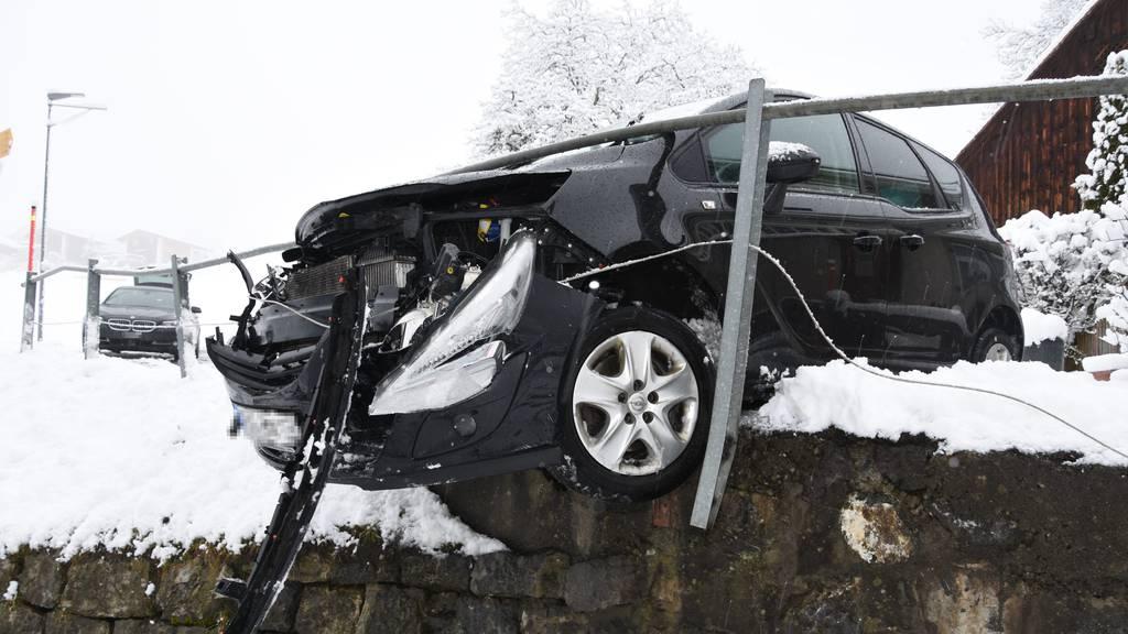 Frau rettet sich mit Sprung aus Auto