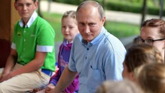 Der russische Präsident Wladimir Putin umringt von Kindern eines Ferienlagers auf der Krim