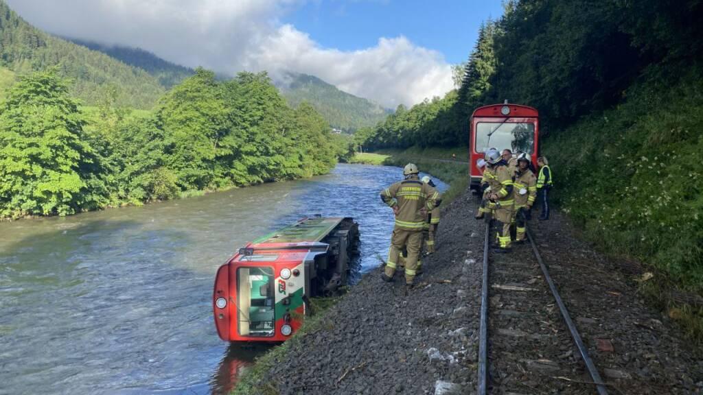 Zug voller Kinder entgleist am letzten Schultag – 17 Verletzte