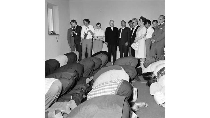 Am 22. Juni 1963 wurde in Zürich die erste Moschee der Schweiz eröffnet. Der Stadtpraesident von Zürich, Emil Landolt, Mitte, geschlossenes Jackett, war dabei.
