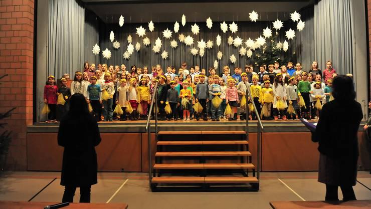 Geballte Fröhlichkeit: Die rund 100 Kindergarten- und Schulkinder von Freienwil auf der Bühne der Mehrzweckhalle.