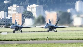 Nachdem der Funkkontakt zu einem Flugzeug abgebrochen war, starteten zwei F/A-18 aus Emmen LU zu einem Abfangflug. (Symbolbild)