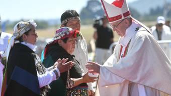 Papst Franziskus begrüsst Mapuche bei der Messe in Temuco.