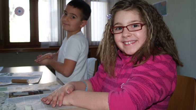Fabio (7) und Tosca (8) haben viel Spass beim Basteln in der Kinderwoche der katholischen Kirche.  aw