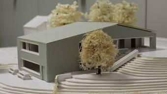 Modell des zweistöckigen Siegerprojekts für den Neubau des Kindergartens in Oeschgen: Pläne werden angepasst und an einer nächsten Gemeindeversammlung nochmals vorgelegt. – Foto: pd