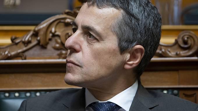 Das institutionelle Abkommen mit der EU polarisiert weiter: Aussenminister Ignazio Cassis erhielt vom Nationalrat am Donnerstag positive Signale und Kritik zugleich.