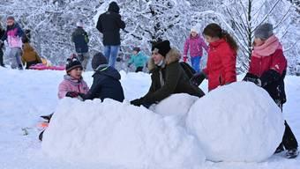 Endlich genug Schnee für eine Hütte auch im Flachland wie hier im Stadtpark Olten.