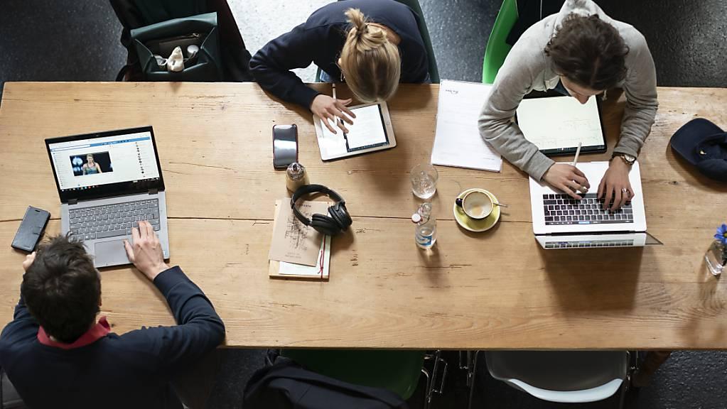Sowohl angestellt, als auch selbstständig: Die Zahl sogenannter «Part-Time-Preneure», die ihr Unternehmen neben einer Teilzeit-Anstellung aufbauen, wächst. (Themenbild)