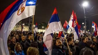 In Belgrad sind am Samstagabend erneut Tausende auf die Strasse gegangen, um gegen den Regierungsstil des serbischen Präsidenten Aleksandar Vucic zu protestieren.
