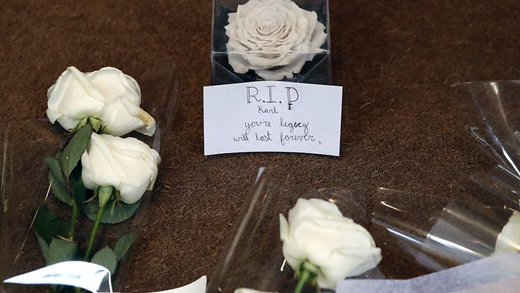 Blumen für den verstorbenen Modezar Karl Lagerfeld am Eingang von Chanel in Paris.
