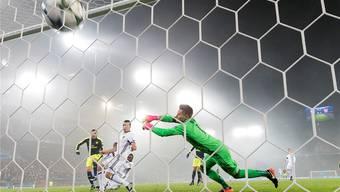 Lucas Perez (l.) vom FC Arsenal trifft gegen FCB-Goalie Tomas Vaclik. Insgesamt gelingt ihm dies gestern dreimal.GEORGIOS KEFALAS/Keystone