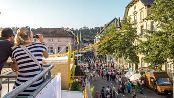 Impressionen der verschiedenen Beizen am Stadtfest Brugg 2019: Blick vom Dach der «In-Fusion» über das Festgelände