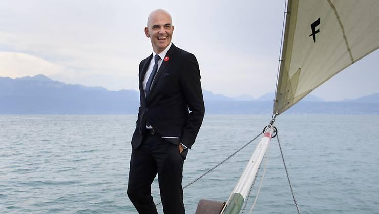 Letztes Jahr wagte sich Bundesrat Alain Berset anlässlich des Nationalfeiertags auf den Bug eines Schiffes. Dieses Jahr hat er 120 Personen zu einer Wanderung am Fusse der Kaiseregg im Freiburger Touristenort Schwarzsee eingeladen. (Archivbild)