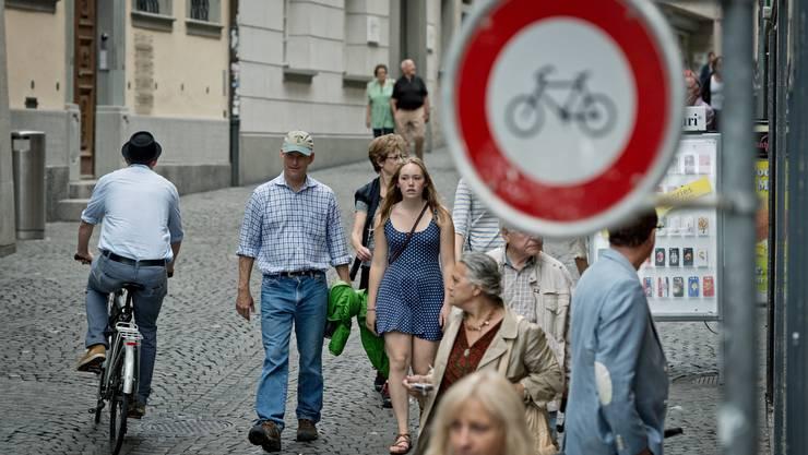 Hier müsste er absteigen: Ein Velofahrer pedalt in Luzern durch die Fussgängerzone. Die Szene ist gestellt. Archivbild: Pius Amrein.