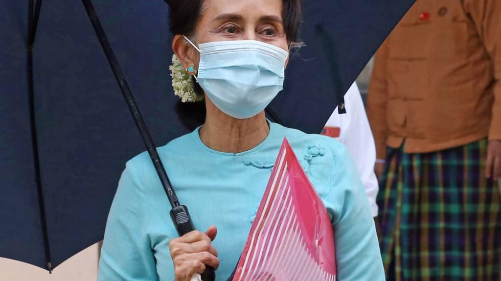 ARCHIV - Aung San Suu Kyi, Regierungschefin von Myanmar, verlässt den Sitz ihrer Partei Nationale Liga für Demokratie (NLD) nach einem Treffen des Zentralvorstands. (zu dpa «Weitere Klagen gegen Aung San Suu Kyi - Anhörung per Videoschalte») Foto: Aung Shine Oo/AP/dpa