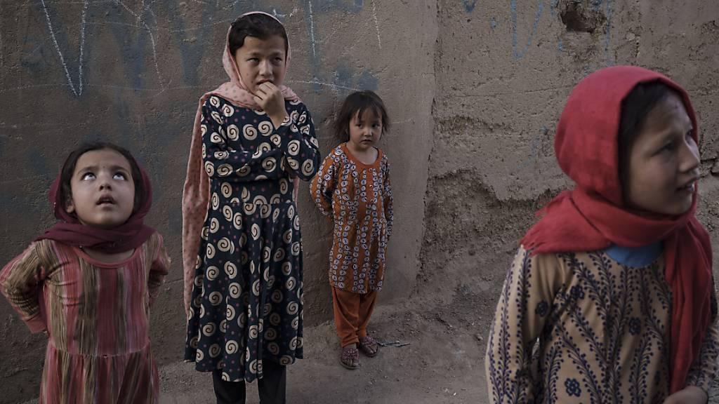 Möglicherweise dürfen Mädchen in Afghanistan ab der 7. Klasse wieder in die Schule. Dies stellte ein Sprecher der Taliban in Aussicht. Foto: Felipe Dana/AP/dpa