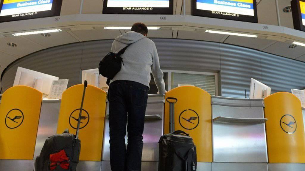 Solche Bilder gehören mit der gebannten Streikgefahr vorerst der Vergangenheit an: leere Lufthansa-Schalter am Flughafen München. (Archiv)