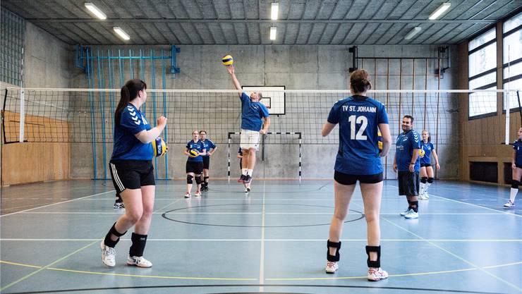 Der TV St.Johann beim Volleyballtraining im Gymnasium Bäumlihof.