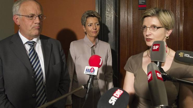 Nationalrat Johann Schneider-Ammann, links, und Regierungsraetin Karin Keller-Sutter, Mitte, werden von Fraktionschefin Gabi Huber als Nominierte den Medien praesentiert.