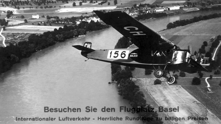 Eine Fokker F.III überfliegt den Rhein am 10. April 1926. Unterwegs war das Propellerflugzeug von Amsterdam via Köln nach Basel. Sternenfeld hatte sich bis 1939 zum zweitgrössten Flugplatz der Schweiz gemausert. Doch rasch zeigte sich: Ein weiterer Ausbau war an diesem Ort nicht mehr möglich.