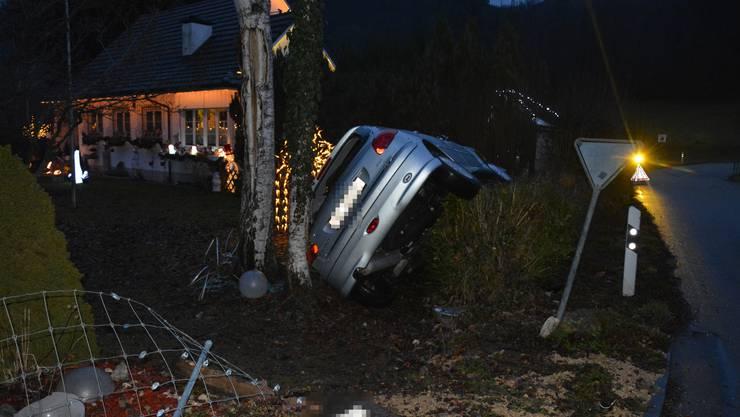 Beim Versuch, eine Kollision zu vermeiden, durchbrach die Autofahrerin einen Gartenzaun und kam auf der linken Fahrzeugseite liegend zum Stillstand.