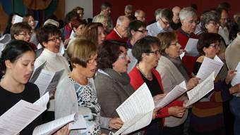 Fast 60 Interessierte nehmen das Angebot der Schola Cantorum Wettingensis wahr und singen, klatschen und summen mit den Mitgliedern des Konzertchors.