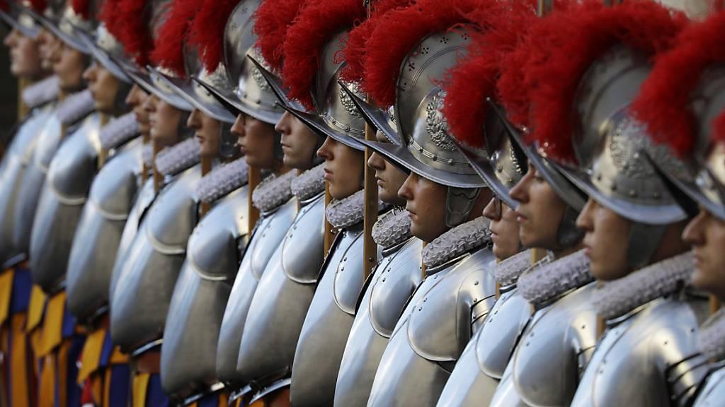 Die Mitglieder der Päpstlichen Schweizergarde im Vatikan erhalten eine modernere Kaserne. Der Bundesrat hat fünf Millionen Franken an die Renovationskosten gesprochen. (Archivbild)
