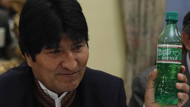 Boliviens Präsident Evo Morales mit einem Koka-Soda (Archiv)