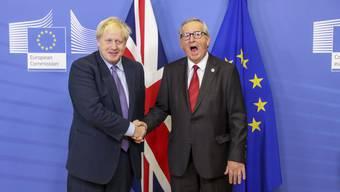 Endlich ein Händedruck und kein weiteres Vertrösten: Der britische Premier Boris Johnson (links) und EU-Kommissionschef Jean-Claude Juncker konnten gestern in Brüssel eine Einigung über den Austritt Grossbritanniens aus der EU bekanntgeben.