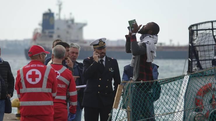 Ein Flüchtling freut sich über die sichere Ankunft in einem italienischen Hafen.