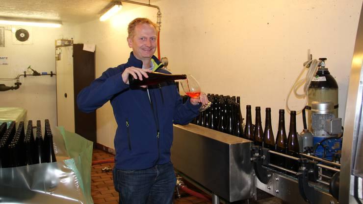 Sommelier Martin Utiger aus Fislisbach füllt die «Vertschi» Sonder-Edition in ein Glas.