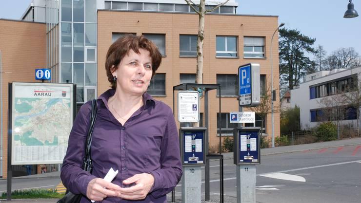 Stadträtin Jolanda Urech lanciert auf der oberen Schanz das bargeldlose Parkieren (to)