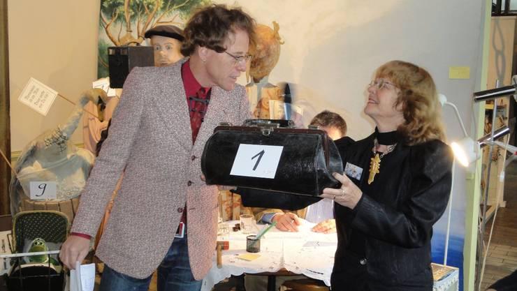 Auktionator «Ruud van Bimmelen» und Margaretha Dubach. pha
