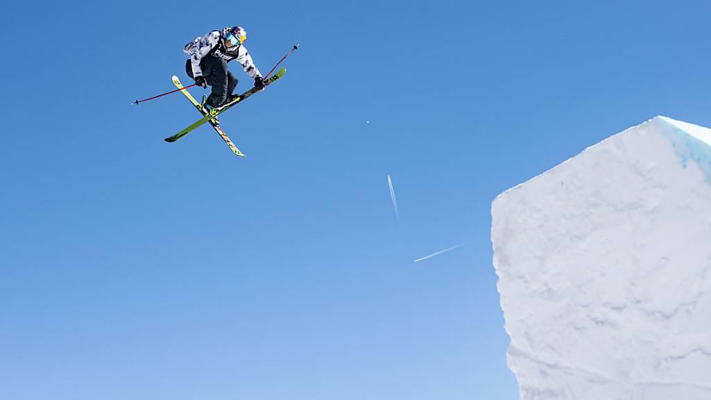 Ein Ski-Freestyler wirbelt durch die Lüfte.