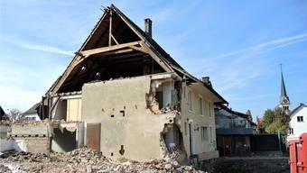 Bauruine an der Dorfstrasse: Bis Ende Woche müssen die Überreste des Murihofs vor der Witterung geschützt werden.