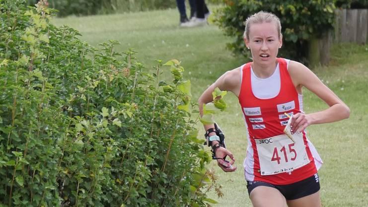 Mit einem Vorsprung von drei Sekunden lässt die Boniswilerin Eline Gemperle die Schwedin Tilda Ostberg hinter sich zurück.
