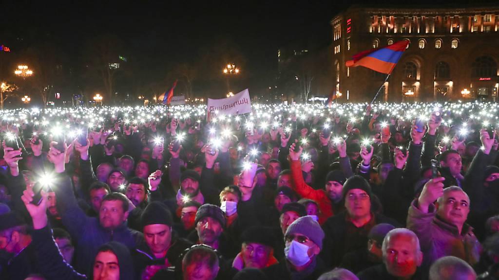 ARCHIV - Anfang März protestierten in Armenien aufgrund der aktuellen politischen Lage sowohl Gegner als auch Befürworter des Ministerpräsidenten Paschinjan auf der Straße. Nun stimmte das Parlament für das Ende des Kriegszustands. Foto: Hayk Baghdasaryan/PHOTOLURE/AP/dpa