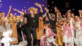 Zwei Tänzer und gut 70 Tänzerinnen finden sich im grossen Finale wieder. Alles in allem: Viel Freude am Tanz und an der Selbstdarstellung