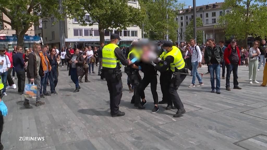 Polizei greift bei Corona-Demonstration in Zürich durch