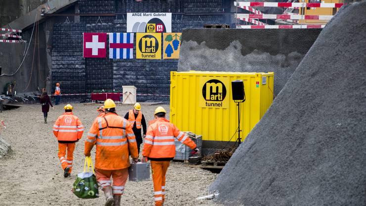 Tunnelarbeiter nehmen nach der ersten Sprengung die Arbeiten auf, waehrend der Anschlagfeier der 3. Gubrist-Roehre, am Dienstag, den 21. November 2017, in Regensdorf. Der chronisch ueberlastete Autobahnabschnitt soll bis 2022 von vier auf sechs Spuren ausgebaut werden. (KEYSTONE/Christian Merz)