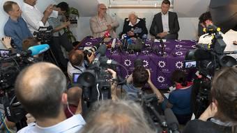 Die Medienkonferenz des sterbewilligen Australiers David Goodall (Tischmitte) in Basel zog dutzende internationale Medienschaffende an.