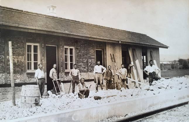 Dieses Foto am Bahnhof in Bellach ist 1926 und damit drei Jahre vor der Firmengründung entstanden. Firmengrüner Johann Späti-Adam ist als zweiter von links zu sehen.