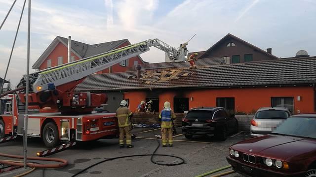 Wohnungsbrand in Kleindöttingen: Die Feuerwehr rettet mehrere Personen. Hier kämpft sie nach der Löschung des Feuers gegen Glutnester unter dem Dach.