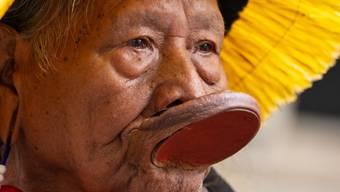 ARCHIV - Häuptling Raoni Metuktire, Kämpfer für den Schutz des brasilianischen Regenwaldes und die Rechte der indigenen Urbevölkerung, ist an Covid-19 erkrankt. Foto: Dominic Lipinski/PA Wire/dpa