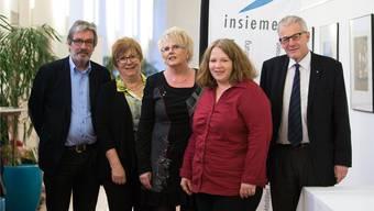Die drei Insieme Co-Präsidentinnen Jacqueline Stuber, Sonja von Allmen und Claudia Rüegsegger mit den beiden Festrednern Roberto Zanetti, Ständerat (l.) und Kurt Fluri, Solothurner Stadtpräsident